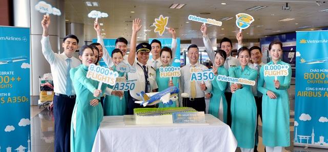 Cơ trưởng A350 cùng phi hành đoàn cắt bánh chúc mừng sự kiện