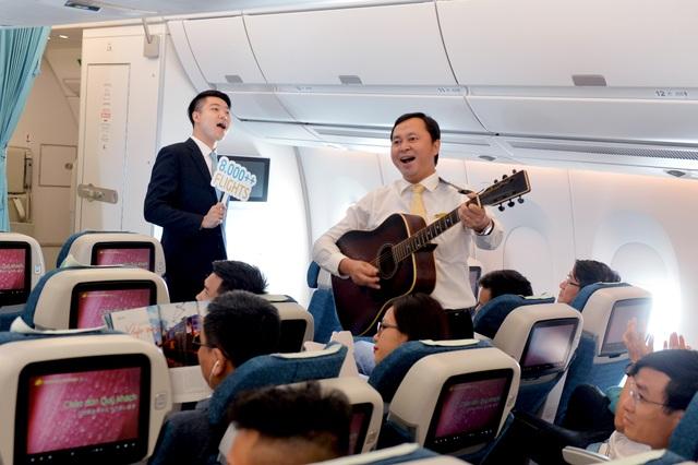 """Trên chuyến bay, tổ tiếp viên chào đón hành khách với bài hát """"Tôi yêu"""" do chính phi hành đoàn cùng đệm đàn ghi-ta và hát."""