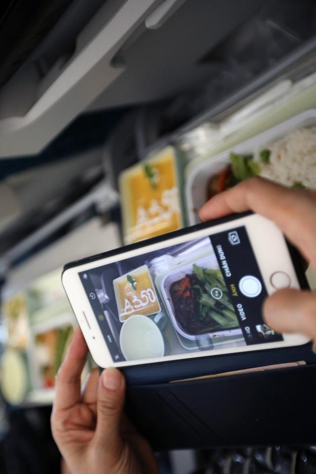 Hành khách được thưởng thức món tráng miệng mới được Tổng bếp trưởng Công ty Suất ăn hàng không Nội Bài (NCS), thành viên của Vietnam Airlines sáng tạo riêng để chào mừng sự kiện đặc biệt.