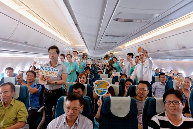 Cả chuyến bay hào hứng cùng chúc mừng Vietnam Airlines đạt dấu mốc khai thác hơn 8.000 chuyến bay cùng 8 chiếc A350.