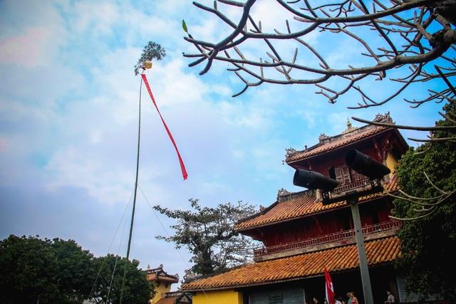 Cây nêu thứ nhất được dựng chọc trời giữa sân Hiển Lâm Các (khu vực Thế Miếu) với mong muốn năm mới nhiều may mắn, mưa thuận gió hòa