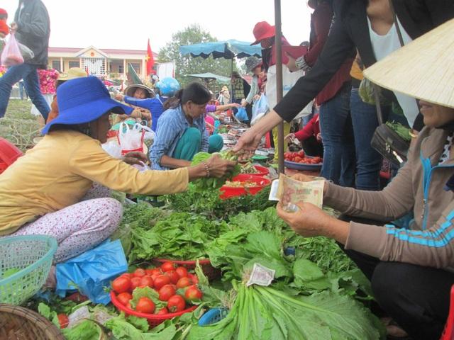 Nhộn nhịp ngày mùng 2 tết ở chợ