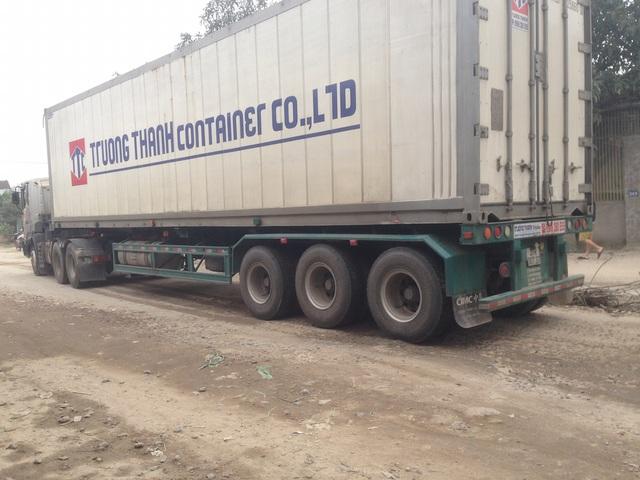 Những con đường vốn đã cũ kĩ không chịu nổi sức ép của những chuyến xe trọng tải lớn qua lại với tần suất dày đặc.