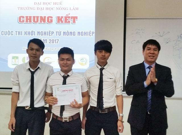 """Ban tổ chức trao các giải Nhất cho nhóm tác giả dự án """"Sản xuất, phân phối bộ điều khiển nông nghiệp công nghệ cao"""""""