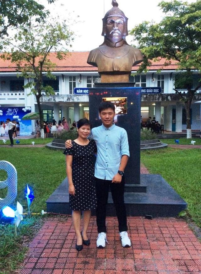 Nguyễn Khoa Bảo cùng mẹ tại lễ trưởng thành của trường THPT Nguyễn Huệ, TP Huế. (Ảnh: NVCC)