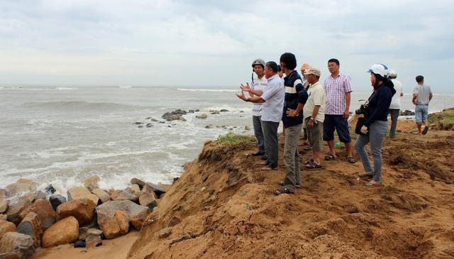 Người dân rất lo lắng khi sóng dữ tiếp tục lấn sâu vào miếu thờ