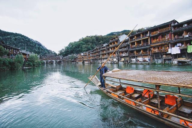 Con sông Đà Giang chảy qua cổ trấn không quá sâu, đáy sông có nhiều tảo và rêu tạo cho mặt nước một màu xanh lục.