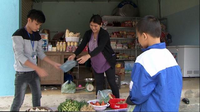 Các em phải tự đi chợ, nấu nướng để giảm bớt chi phí...