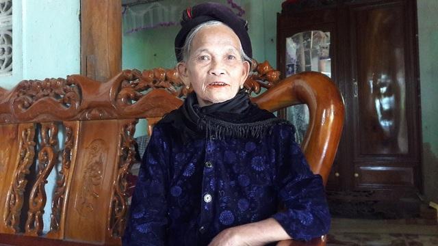 Cụ Nguyễn Thị Dung (SN 1930, trú tại xóm 4) dù tuổi đã cao nhưng vẫn rất minh mẫn, cụ khẳng định. Đây là đường đi riêng của gia đình cố Nhi tự làm, tự xây kè rồi làm đường đến giờ. Tôi sống ở đây tôi biết, tôi hơn 55 tuổi Đảng tôi xin cam đoan lời tôi nói là sự thật.
