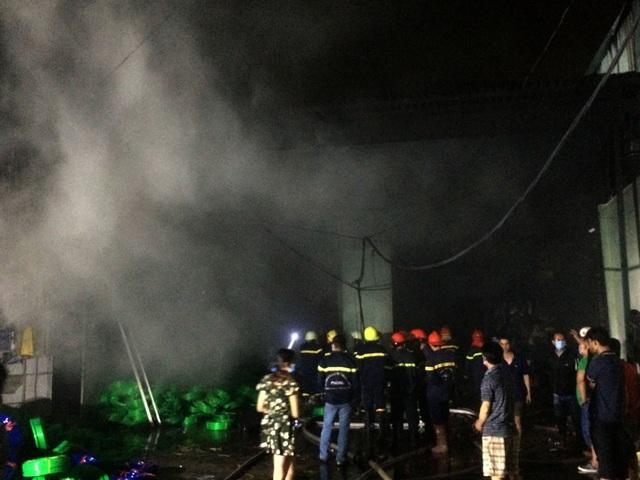 Xưởng nhựa ở Sài Gòn bùng cháy dữ dội - 6