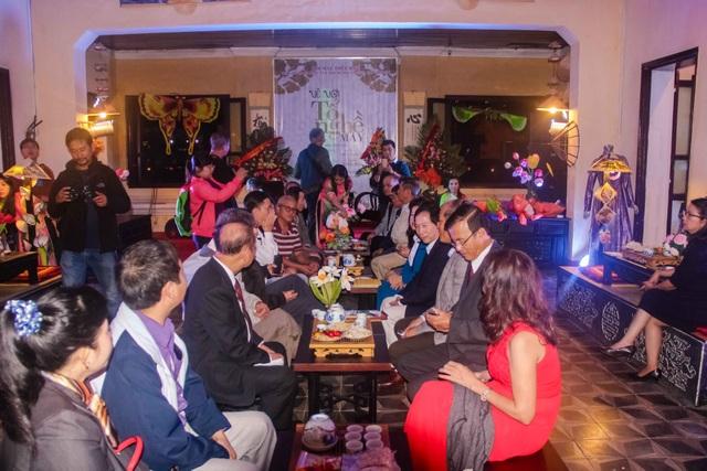 Không gian ấm cúng phục vụ du khách với trà, bánh Huế trong đêm thời trang