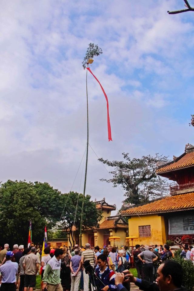 Cây nêu dài khoảng 20m được làm bằng tre già và giữ phần ngọn