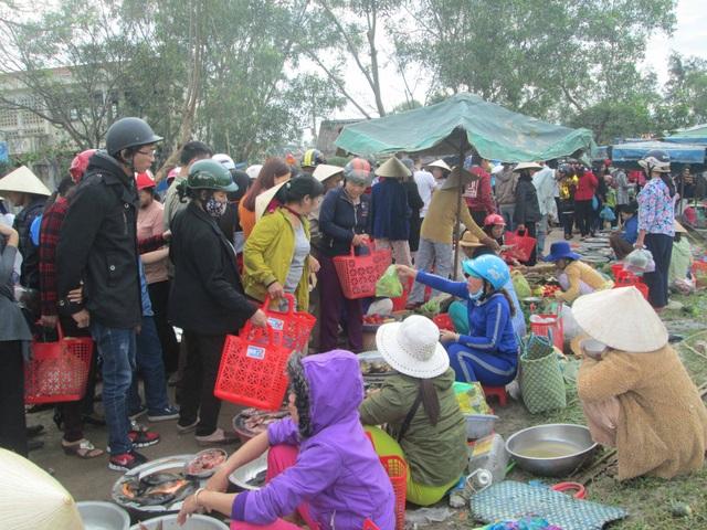 Phiên chợ xuân 3 ngày đầu năm ở trên một gò cao làng Mỹ Lợi, xã Vinh Mỹ, huyện Phú Lộc, tỉnh Thừa Thiên Huế