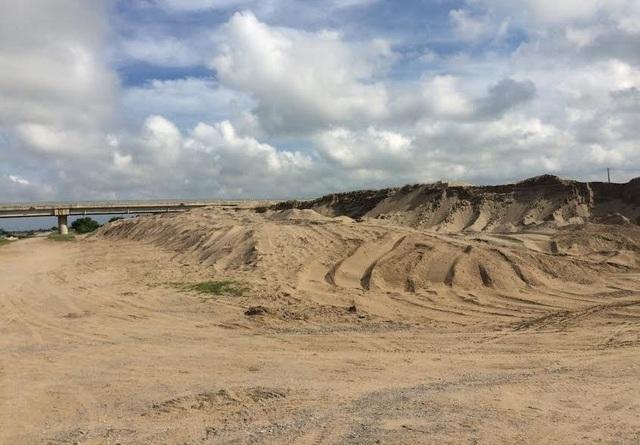 Bãi tập kết cát của doanh nghiệp Mạnh Hùng đổ sát chân đê tả sông Vạc, tràn lên cả mặt đê, bị xã nhắc nhở nhưng đơn vị này vẫn ngang nhiên vi phạm.
