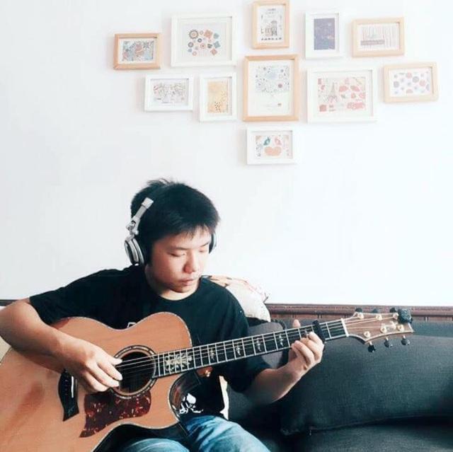 Chơi đàn Guitar là cách Bảo thư giãn sau những giờ học căng thẳng (Ảnh: NVCC)