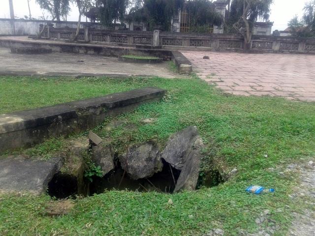 Một hố lớn bị sụt lún trong khuôn viên Đình Võ Liệt.