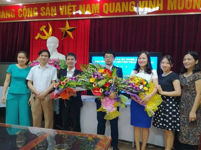 Thầy cô trường Phan Bội Châu tặng hoa chúc mừng học sinh Hoàng Nghĩa Tuyến