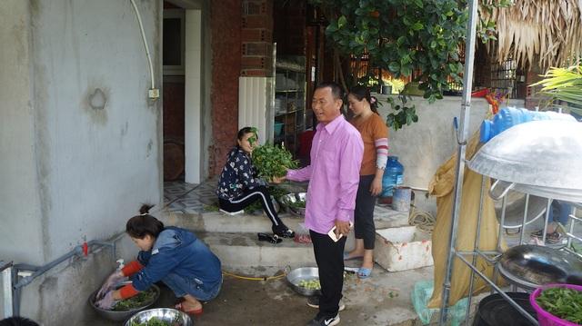 Ông Hùng bên thực phẩm sạch từ nhà quê.