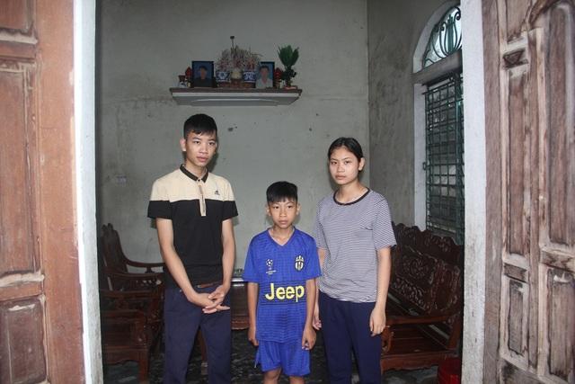 Từ khi cả bố và mẹ qua đời, Hoàng và người chị gái trở thành chỗ dựa của người em trai út còn nhỏ.
