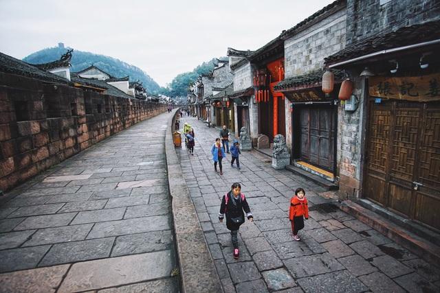 Dạo quanh thành cổ bạn có thể dễ dàng bắt gặp những nét sinh hoạt đời thường của người dân nơi đây.