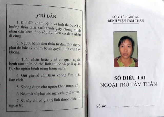 Sổ điều trị ngoại trú căn bệnh tâm thần của chị Nguyễn Thị Huệ.