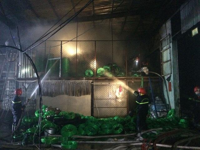 Xưởng nhựa ở Sài Gòn bùng cháy dữ dội - 5
