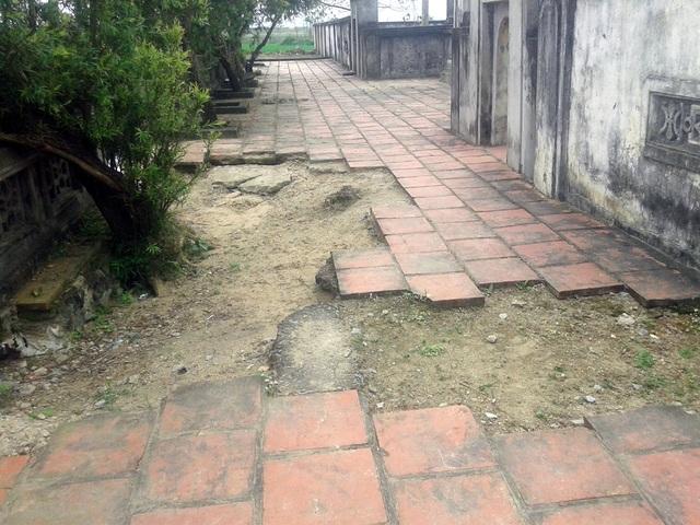 Gạch lát sân đã bị bong tróc.