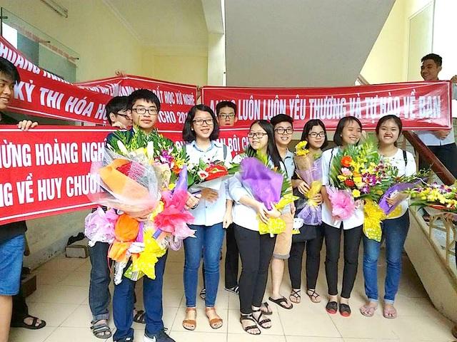 Bạn bè cùng đến chia sẻ niềm vui cùng Hoàng Nghĩa Tuyến.