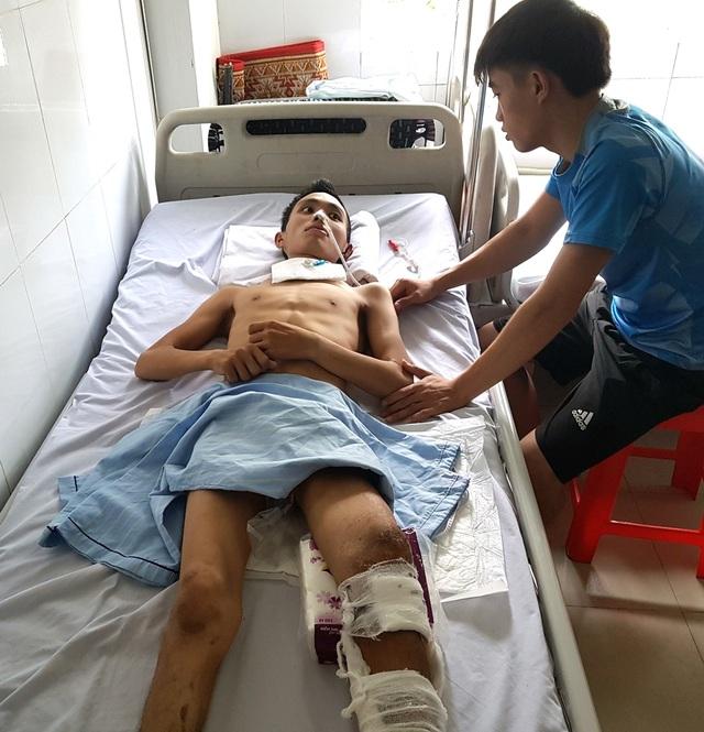 Hằng ngày Pháp vừa chăm sóc anh tại bệnh viện, vừa lo công việc ở nhà cho mẹ và các em.