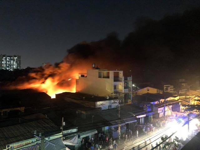 Xưởng nhựa ở Sài Gòn bùng cháy dữ dội - 4