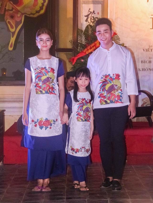 Bộ sưu tập áo dài tranh Đông Hồ con gà cho năm Đinh Dậu 2017