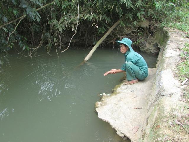 Ông Đoàn Văn Phượng, xóm Bình Minh cho biết, từ sau khi nhà máy xả nước thải ra môi trường, khe nước trong xóm bị chuyển sang màu đen đục, không ai dám sử dụng.