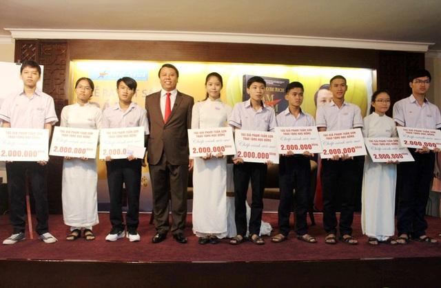 Trao tặng học bổng cho các em học sinh nghèo vượt khó, hiếu học