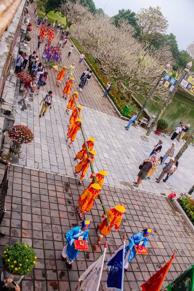 Có 10 lính khuôn vác cây nêu dài 20m đi qua cổng Ngọ Môn