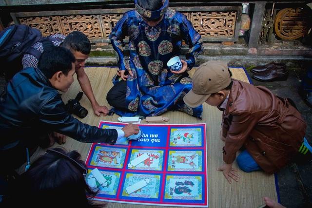 Vui chơi các trò chơi cung đình xưa ở Hoàng cung Huế sáng mùng 1 Tết năm Đinh Dậu 2017