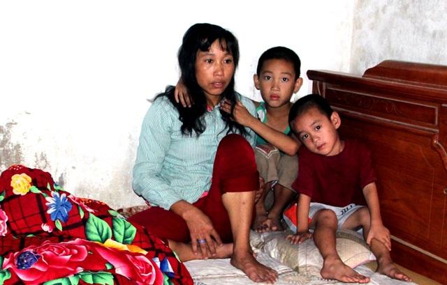 Chị Bùi Thị Huệ bị tâm thần hơn chục năm nay nên hai đứa con út còn nhỏ luôn phải cạnh mẹ để theo dõi tránh chị bỏ đi lung tung.