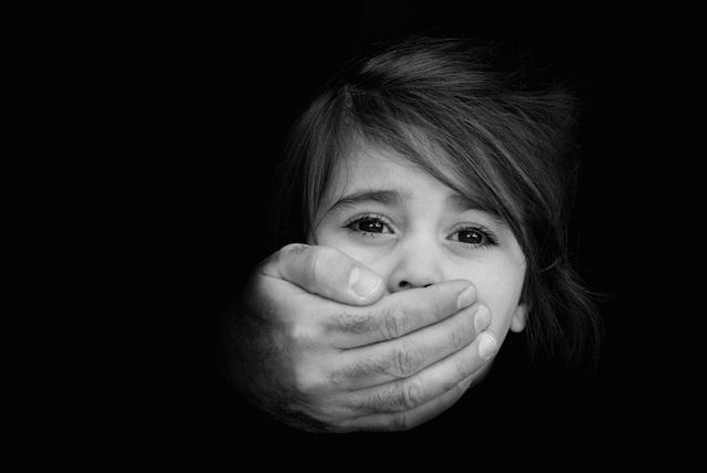 Trên thực tế, trẻ em có thể bị làm hại bởi cả những người quen biết.