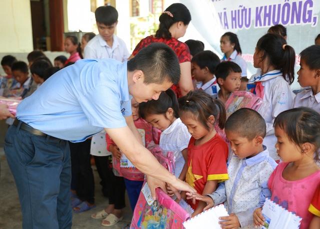 Nhà báo Phạm Tuấn Anh - Phó Tổng biên tập báo Dân trí trao học bổng cho các em.