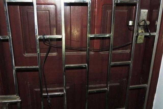 Vợ chồng Lĩnh còn đấu điện vào cửa sắt của gian phòng tổ chức đánh bạc hòng đối phó với lực lượng chức năng khi bị phát hiện (ảnh: Công an Hà Nam)