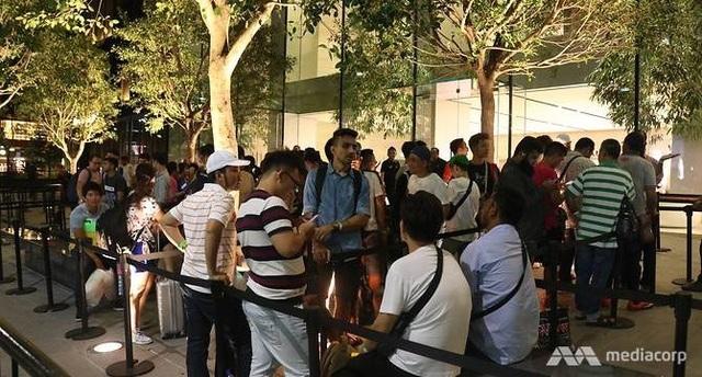 Các chủ cửa hàng chuyển hướng tìm người xếp hàng để mua iPhone X sớm nhất