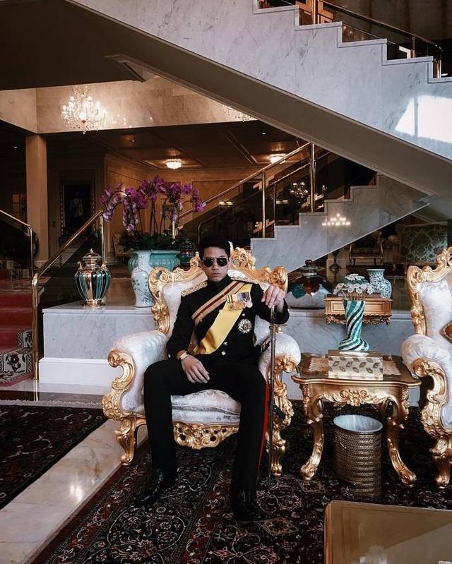 Hoàng tử sinh ngày 10/8/1991, là con của Quốc vương Haji Hassanal Bolkiah với người vợ thứ 2 Puan Hjh Maryam. Cặp đôi ly hôn năm 2003.