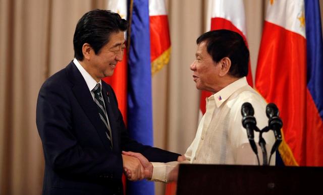 Thủ tướng Nhật Bản Shinzo Abe (trái) và Tổng thống Philippines Rodrigo Duterte trong cuộc gặp tại Manila, Philippines hôm 12/1 (Ảnh: Reuters)
