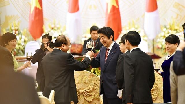 Thủ tướng Nguyễn Xuân Phúc và Thủ tướng Shinzo Abe tại bữa Quốc yến.