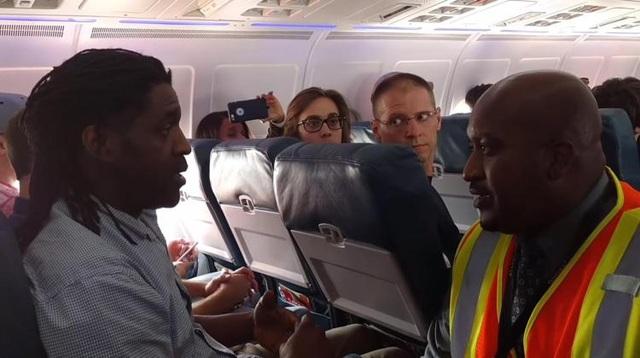 Hành khách Kima Hamilton đã bị bắt rời khỏi máy bay của hãng hàng không Delta Airlines vì sử dụng toilet khi máy bay ở trên đường băng. Máy bay đã cất cánh trễ và nằm chờ suốt 30 phút trên đường băng mà không rõ nguyên nhân, khiến hành khách Hamilton buộc phải sử dụng nhà vệ sinh trong tình huống khẩn cấp. Các nhân viên của hãng không chấp nhận giải thích của Hamilton, buộc anh này phải xuống máy bay.