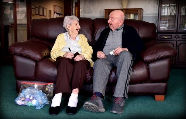 Mẹ 98 chuyển đến nhà dưỡng lão chăm sóc con trai 80 tuổi - 1