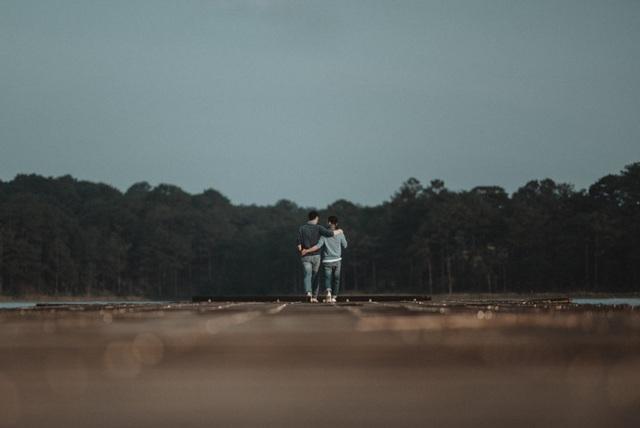 Adrian Anh Tuấn và Sơn Đoàn xem Đà Lạt như nhà, đi rồi lại về nhưng chưa bao giờ chán vì luôn bình yên, đẹp lung linh như tranh vẽ. Qua những thước phim nhẹ nhàng, lãng mạn, Adrian Anh Tuấn và bạn đời muốn chia sẻ tinh thần yêu cuộc sống cùng những trải nghiệm xê dịch với người trẻ để tận hưởng mọi thứ xung quanh.