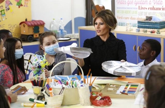 """""""Chuyến thăm của tôi tới bệnh viện nhi Bambino Gesu thực sự rất xúc động. Thật sự là một món quà quý giá khi được dành thời gian trò chuyện và tô màu với các em, những đứa trẻ luôn giữ tinh thần vô cùng lạc quan dù cho cơ thể đau ốm"""", Đệ nhất phu nhân Mỹ chia sẻ. (Ảnh: Getty)"""