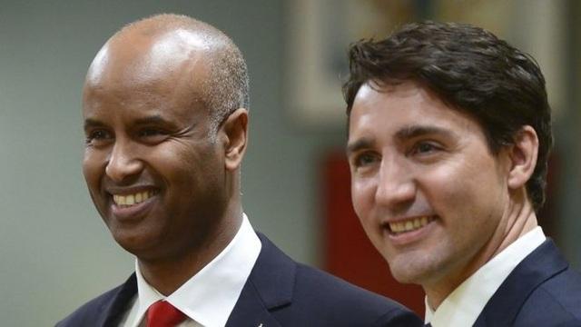 Bộ trưởng Ahmed Hussen (trái) và Thủ tướng Canada Justin Trudeau (Ảnh: AP)