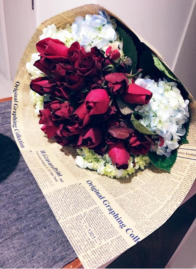 Ca sĩ Ái Phương cũng chia sẻ món quà là một bó hoa hồng thật đẹp cùng dòng trạng thái hài hước Nói chung là ngoan dành cho người yêu của mình.