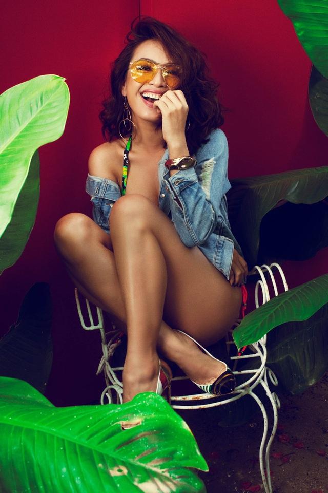 Không chỉ khoe vẻ gợi cảm, Ái Phương còn tinh nghịch và đáng yêu khi chọn chiếc áo jeans làm phụ kiện khoác hờ hững bên ngoài set bikini.